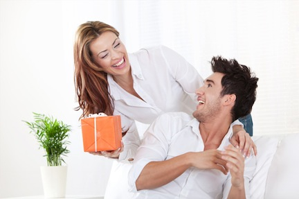 woman-giving-gift-to-her-boyfriend